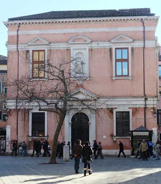 """Das ehemalige Oratorium """"Zum Heiligen Schutzengel"""" (Scuola dell`Angelo Custode) aus dem 18. Jahrhundert – in der Nähe der Rialtobrücke im Stadtteil Cannareggio – dient ihr heute als Kirche."""